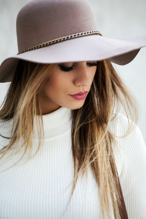 Super cute grey floppy hat with chain accent | Outfits with hats .